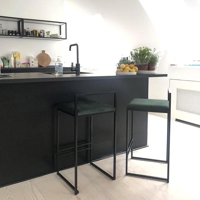 Freja barstol - chaise de bar - barstuhl - bar chair - tabouret - dark green sammet - velvet - fløyel - velours - velvet